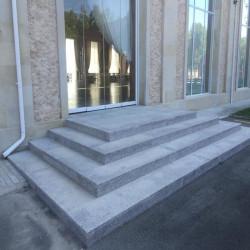 Granit Bordstein Griys hellgrau gesägt und geflammt 10 x 25 cm frei Längen auf Paletten