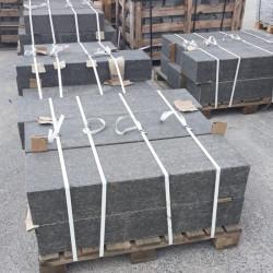 Granit Blockstufen Griys hellgrau geflammt 18 x 40 cm Detail
