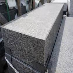 Granit Blockstufen Griys hellgrau geflammt 18 x 40 cm Detail der Oberfläche