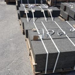 Granit Blockstufen Griys hellgrau geflammt 18 x 35 cm