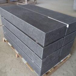 Granit Blockstufen Griys hellgrau geflammt 18 x 35 cm mit Fase