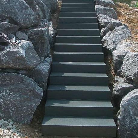 Granit Blockstufen Griys hellgrau geflammt 20 x 45 cm bis 300 cm Länge