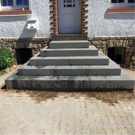 Granit Podestplatte Griys hellgrau geflammt 20 cm hoch