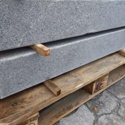 Granit Quadersteine Griys hellgrau 20 cm hoch gespalten  40 cm lang Detail