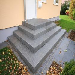 Granit Quadersteine Griys hellgrau 20 cm hoch gespalten  Mauerstein Klassiker