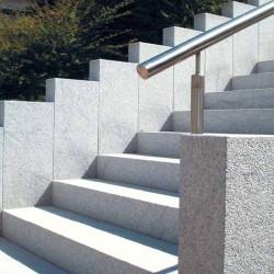 Granit Pflaster Granit Fino Weißgrau Feinkorn gespalten Reihenverlegung