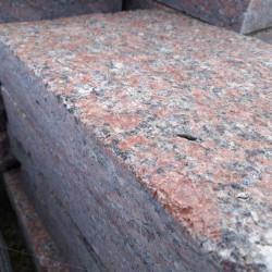 Granit Verblender Griys Hellgrau 2 - 3 cm mit gesägten Kanten und bruchrauher Ansicht
