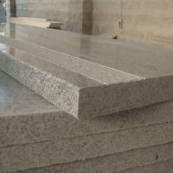 Limes Granit Pfosten Griys hellgrau mit Pyramidenspitze 15 x 15 cm gesägt und geflammt 300 cm lang