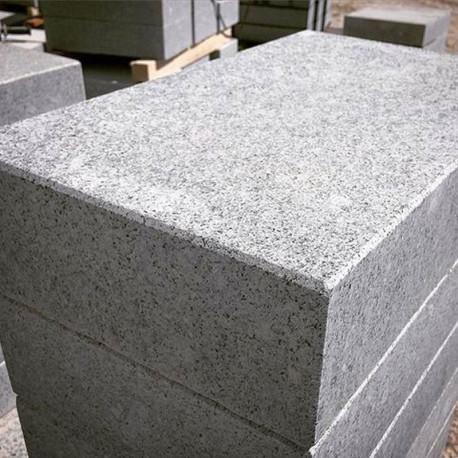 Massive Granit Zaunpfosten Griys hellgrau 30 x 30 cm gesägt und geflammt  Ranchpfosten