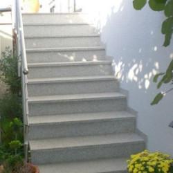 Limes Zaun Pfosten mit Pyramiden Spitze aus Granit Griys grau gesägt und geflammt 30 x 30 cm