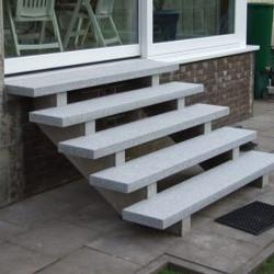 Granit Sitzblöcke Griys hellgrau gesägt und geflammt  Detail