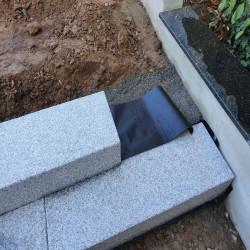 Kleine Granit Brücke Griys grau geflammt 15 cm dick 125 cm breit und 300 cm Detail