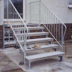 Granit Pflasterplatten Griys hellgrau geflammt 6 cm dick mit Pflastersteinen